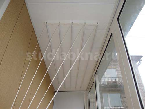 подвесная сушилка на балконе