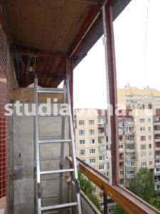старое остекление из дерева на балконе