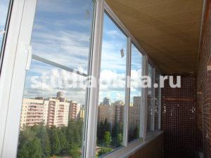 отделка потолка пластиковыми панелями на балконе