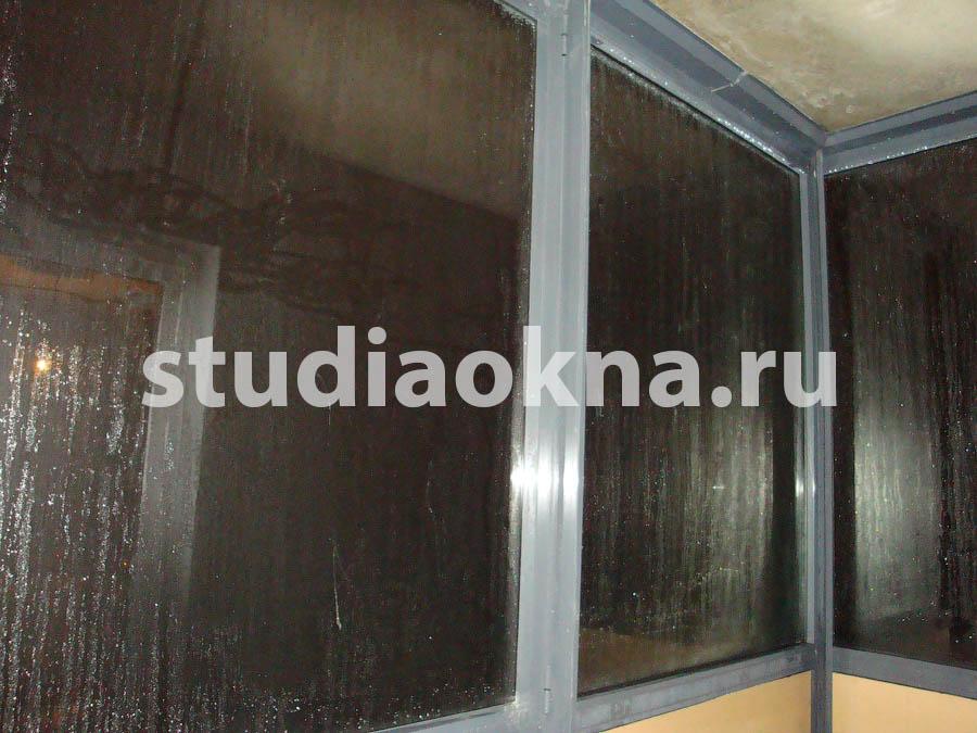 Конденсат на стеклах на балконе