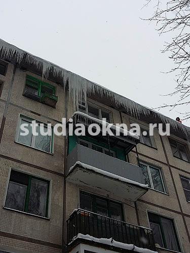 лед и снег на крыше балкона