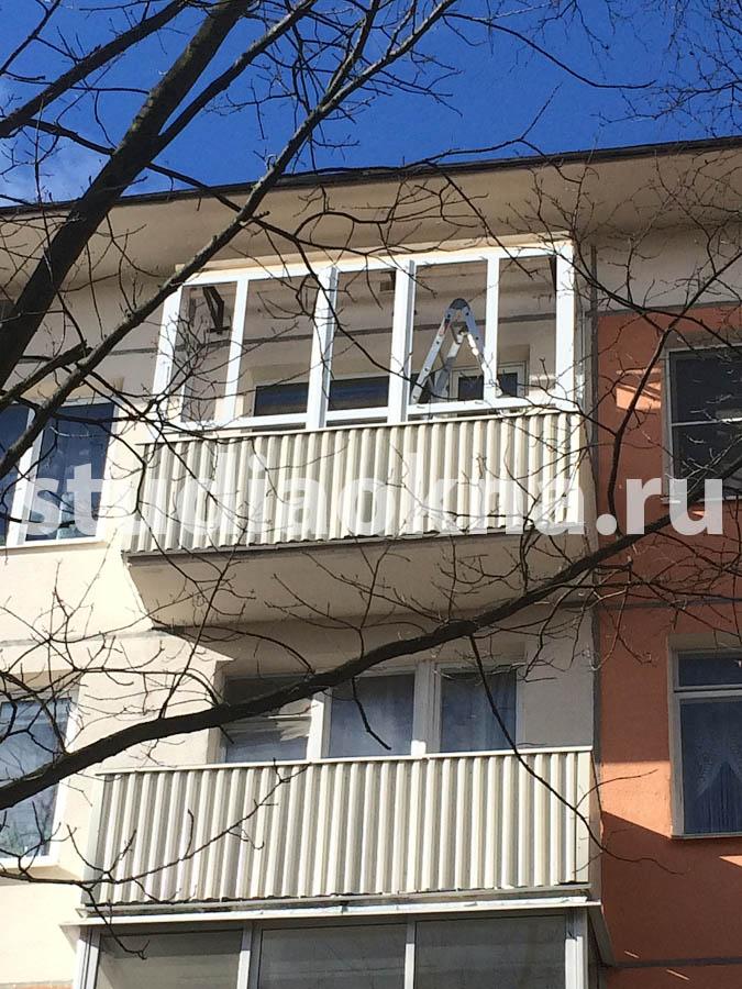 установленное изделие пвх на балконе